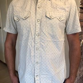 Flot skjorte fra Levis. Brugt men fejler intet.  fra skulder til skulder: 46 cm.. længde: 80 cm. Brystvidde: 112 cm. byttes ikke.