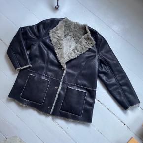 Tiger of Sweden jakke, som kan vendes (så det bliver til en pels jakke). Mærke stadig i.