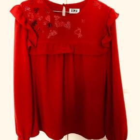 Varetype: Bluse Farve: Rød Prisen angivet er inklusiv forsendelse.  Mærket fransk 42 og passer en dansk str. 36-40.  98% polyester og 2%   Virkelig smuk på.  Bytter ikke.