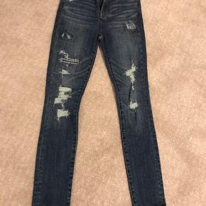 Sælger mine lækre Simone High rise super skinny jeans fra Abercrombie & Fitch med huller.  Størrelse -24 Aldrig blevet brugt, sælges da jeg ikke gå i dem. Skriv for flere billeder