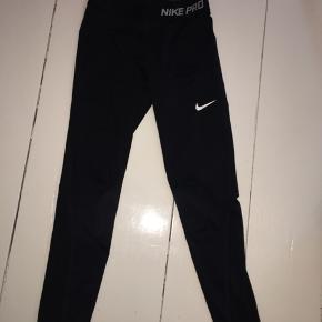 Hej  Jeg sælger mine Nike Pro sportsbukser da de dsv er blevet for små i størrelsen  Det er god stand men brugte Str: 12/13år  Skriv pb for flere billeder  Spørg endeligt hvis der der spørgsmål!
