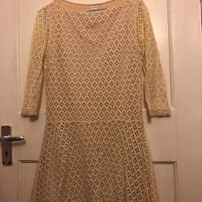 Fin blonde kjole fra SEE By Chloé i str 34. Den er råhvid med sart lyserødt linning under midterstykket.   Køber betaler forsendelse