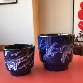 Super smuk urtepotteskjuler fra West Germany i sjældent set størrelse. Virkelig flot stand, og lækker størrelse. Måler ca. 14 cm i højden, og 15,5 cm i diameter 🌵 Jeg sælger også to mindre.   Bemærk - afhentes ved Harald Jensens plads eller sendes med dao. Bytter ikke 🌸  🎀  Retro urtepotte potte urtepotteskjuler vase keramik wg tysk Germany west blå skjuler