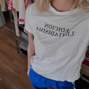 T-shirt fra Zara. Str. L, men er temmelig lille i størrelsen. Er bedst til piger med lille til mellem barm, den er nemlig lidt strammere omkring brystet end alm tshirts. Sendes med DAO eller kan afhentes i Risskov brynet