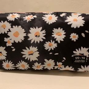 Sort / Marguerite blomstret lidt større kosmetik taske fra UO. Materiale r poly og det sorte foer r mix af poly og bomuld. Mål: bredde ca 26 cm, højde ca 12 og dybde ca 8 cm Nypris 155,- og sælges for 75 pp. (Hvis brevpost r Porto 20)