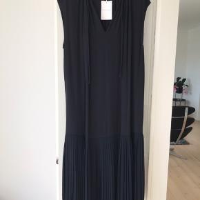 Smuk enkel kjole m  plisse forneden,  Brystvidde 132 cm - længde 130 cm