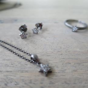 Varetype: smykker Størrelse: ring 53/ halskæde 22 øreringe ½ cm Farve: oxyderet Oprindelig købspris: 1399 kr.