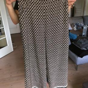 Flowy bukser i tynd og silkeblødt materiale. Med lommer. Fitter en M/L. Pæne til sandaler eller sneakers
