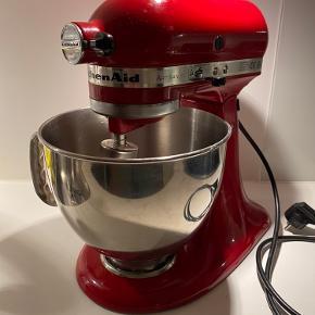 Dejlig KitchenAid Røremaskine med meget udstyr feks kødhakker, råkost/rivejern, frugt/grøntsagspresset, fladt piskeris med og uden skraber, piskeris og dejkrog. Fremstår i fin stand, kun brugt til at bage og piske med, så udstyret er ubrugt.  Der er to billeder mere længere nede, af udstyr der medfølger 😊