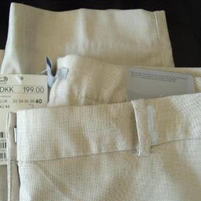 Varetype: Bukser / Nye / sommerbukser Farve: Lys beige Oprindelig købspris: 199 kr.  Nye bukser i en let kvalitet i viskose/polyester/elastan.  Taljevidde ca. 82 cm