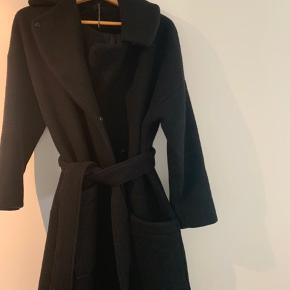 FWSS frakke 70% uld og 30% polyester Oversize model og med store lommer Nypris 4200 DKK