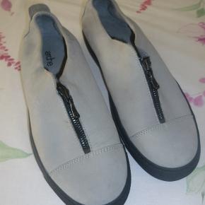 Lækre grå Arche sko i nubruck, kun været på 2 gange, da mine store nye indlæg ikke lægger så godt i dem.