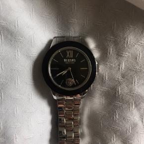 Sælger sølv Versace ur med sort urskive. Købt i Versace i outlet i Italien. Nypris var 950kr. Skriv for flere informationer🌸