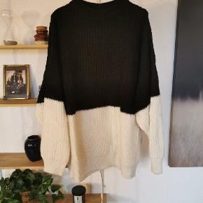 Virkelig fed og varm oversize sweater i colorblocking sort og hvid.
