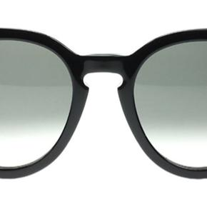 Super fine Céline solbriller i modellen Thin Preppy i sort. De er brugt meget få gange og fremstår derfor som nye. Etui og æske medfølger :) nypris 2900,-