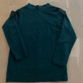 Smuk bluse fra The New - med prikker og gennemsigtige ærmer  Pæn stand - fra ikke ryger hjem  Kan hentes i Fredericia eller sendes med posten   Se også mine andre annoncer med pigetøj