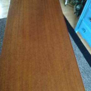Flot teaktræs bord lidt brugs mærker ikke meget pris 1300 kr l 148 h 54 b 54 cm