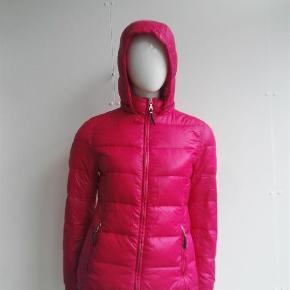 b6414d23 Tommy Hilfiger Blazer. Varetype: Dunjakke, vinterjakke, overgangsjakke,  hætte Farve: Pink Oprindelig købspris: 1499. 289 kr.