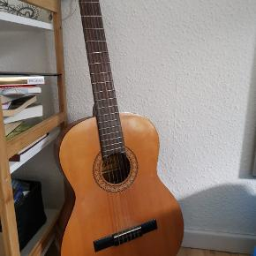 Spansk guitar, forholdsvis nye strenge, enkelte ridser bagpå