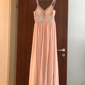 FLYTTESALG!!  Kjole fra JJ'SHOUSE.  Nypris 1000 ,- kr.   Har presset prisen max i bund, da jeg bare skal af med kjolen pga. flyttesalg!    Bud er velkomne. Man er velkommen til at prøve kjolen, før et eventuelt køb.