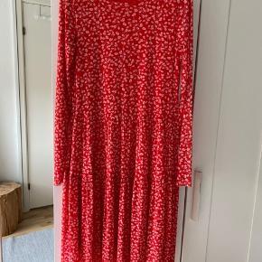 Brugt to gange. Der er kommet et lille hul i kjolen, men det er ikke noget man ser pga stoffets mønster.