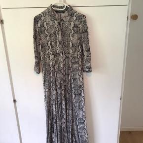 Lækker lang skjorte-maxi kjole fra Zara. Str. M men svarer nok mest til S.  Brugt 2 gange. Et stykke af syningen i Nederkanten er gået op, men kan nemt sys igen.