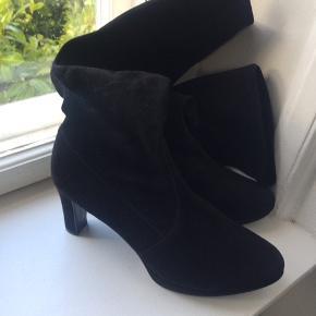 Høj sort langskaftet ruskindsstøvle med hæl.. højde 8cm...str 7..elastisk skaft... prøvet på en enkelt gang, fremstår derfor som så godt som nye...pris +Porto, gerne mobilpay eller TS-handel +5%