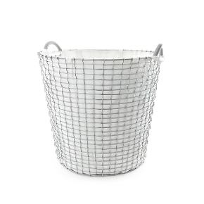 """Galvaniseret kurv fra svenske KORBO, der har håndlavet kurve i 100 år. Kurven rummer 65 ltr., er 42 cm høj og 48 i diameter. """"Dupper"""" under bunden forhindrer, at den ridser gulvet. Har stået indenfor (pakket ind) og har ikke været brugt. Vasketøjspose i økologisk bomuld medfølger. Samlet nypris omkr kr 1300."""