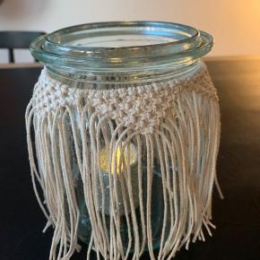 Håndlavet macrame lyshus. Lyshuset er lavet af et genbrugsglas og ny bomuldssnor.