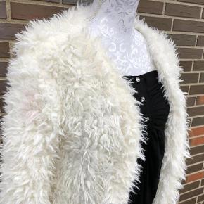 """Brand: No Name Varetype: Smart """"Pels"""" Cardigan Størrelse: S Farve: Se billede Oprindelig købspris: 350 kr.  Super udsalg.... Jeg har ryddet ud i klædeskabet og fundet en masse flotte ting som sælges billigt, finder du flere ting, giver jeg gerne et godt tilbud..............  Super flot """"pels""""jakke -   Det er ikke ægte pels   Sendes med DAO"""