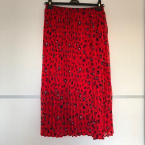 Ekstremt smuk nederdel (dobbeltlag) str. M. Aldrig brugt.