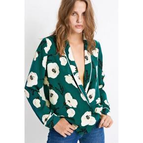 Sælger denne Fine blomstet bluse fra Envii.Kan også bruges åben som en let blazer.  Helt ny, stadig med med mærket på :)  Foretrækker at mødes og handle i København K, men kan også sendes afsted med posten for kr. 45,-.  Bluse Farve: Hvid,Mørkegrøn Oprindelig købspris: 600 kr.