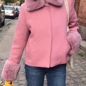 Sælger denne fine lyserøde meotine jakke med aftagelig pels kanter. Er i rigtig flot stand, men trænger til en hurtig tur med en defuzzer.