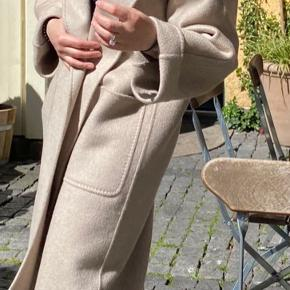 Aldrig brugt!!! Prisen er 10.500  Max Mara's 'Lilia'  camel color coat has been made in Italy from the softest cashmere and left unlined for lightness. It has a loose silhouette with dropped shoulders and kimono sleeves, so it's easy to layer, plus deep pockets that double as handwarmers. Use the tie belt to