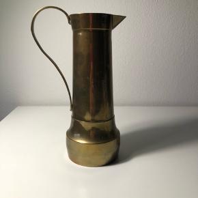 Meget smuk antik kande af messing. Kan også  bruges som vase
