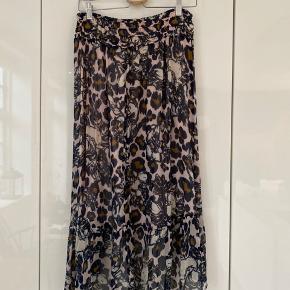 Meget fint nederdel i let stof. Kan bruges både sommer og vinter.