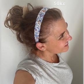 SØDESTE BØJLER MED ÆGTE LIBERTY-STOF 💜💙 SUPER BLØDE - KLEMMER IKKE!!!!!!! KUN 50kr [set til 130kr andre steder] PASSER BÅDE STORE OG SMÅ 👶🏼👧🏾👱🏻♀️👵🏼😍 Porto fra kun 20kr 💌 SKRIV👉 en PB eller herunder, hvis du er interesseret.. 😍 GO SPREAD SOME LOVE ❤️🚀 #libertyfabric #libertystof  #haircandy 🦋 #hairfashion #hairclaw  #liveauthentic ✌️#sweetlittleme #hair #hairpieces #hårklemmer #dulleloves #hårspænder #hairclip #scrunchie #love  #hairbuns #accessories #hårklemmer #hårclips #hårspænder #hår #hårpynt  #hårbøjle  #behappy #beauty #beautiful #golightly #smile #livetolove #spreadlove ❤️🚀