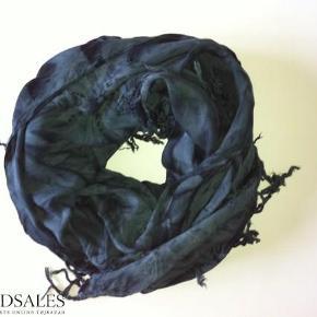 Varetype: Tørklæde Størrelse: one size Farve: sort, grå Oprindelig købspris: 299 kr.  Størt smukt tørklæde i 100 % rayon farverne er grå og sort.