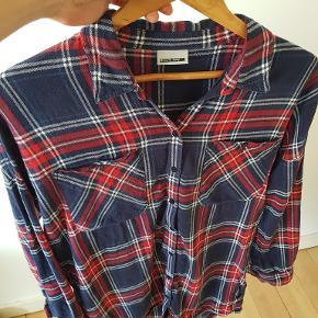 """Cool """"lose fit"""" skjorte i bomuld.  Har fin detalje med knaplukning i ærmer, så man kan lave """"opsmørede ærmer""""-stil."""