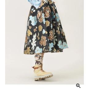 Så smuk nederdel fra goya - haft på en enkelt gang og fejler intet. Byd 🤗