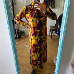 - Blomstret kjole med bånd om halsen  - Af silke og viskose  - Kun haft på indenfor kort   Ps. Tager ikke flere billeder med tingene på
