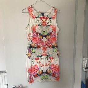 Virkelig flot tætsiddende kjole fra H&M, lille i størrelsen. Aldrig brugt. 🌸