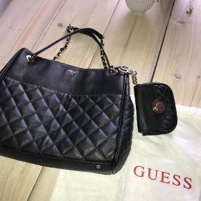 Varetype: Skulder tasker  Størrelse: 30/27 cm Farve: Sort Oprindelig købspris: 1300 kr. Prisen angivet er inklusiv forsendelse.  Kig min andre anonnce !!!