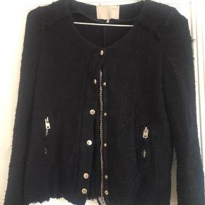 Super fin jakke fra Iro i størrelse 0 som svarer til XS med et råt look. Er i god stand.