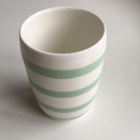 Hvid vase med grønne striber fra COOP. Højde: 11 cm
