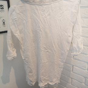 Sælger denne fine hvide bluse med paliet lommer i str. 36. Den er brugt en smule og sin kan ses på billedet så er lommen skæv og løs i den ene side, så den måske lige skal syes.