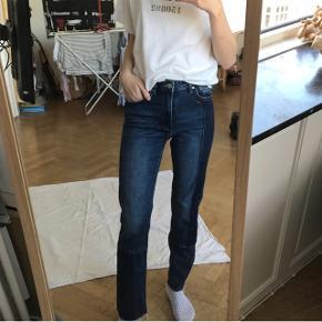 Jeg sælger disse fine H&M jeans, da de nu er blevet for små. De er brugt to gange, så de fremstår som nye!