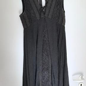 Rigtig fin kjole i perfekt stand, lavet af 100% bomuld. Aldrig brugt. Kommer fra et røgfrit hjem. Prisen er til forhandling ved hurtig handel. Sender gerne.