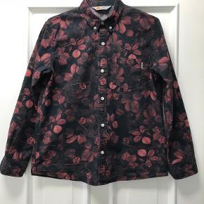 Buttondown skjorte i fine, brændte farver. Kun brugt få gange.   100 % bomuld. Måler 51 cm over brystet og 64 cm i længden.   Nypris 600 kr. NEDSAT PGA FERIE 🌞😎