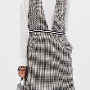 Resumé kjole sælges Kun prøvet på, men prisskilt er fjernet. Super smuk og fin med en rullekrave under her til efteråret  Mp: 800